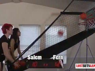 Two мила дівчинки salem і fern грати роздягання баскетбол shootout