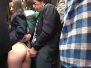 Koulutyttö haparoi mukaan stranger sisään a crowded bussi