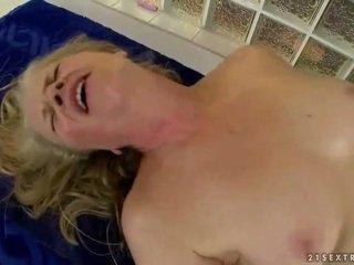 Vecmāmiņa gets fucked līdz jauns masseur