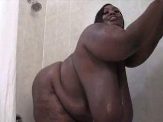 বিশাল চামচিকা কালো ssbbw washes তার sexxy শরীর