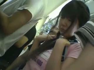 Mini-saia aluna apalpada em comboio
