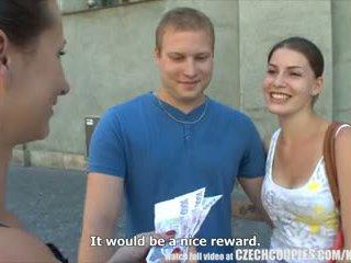 צ'כית couples צעיר זוג takes כסף ל ציבורי רביעיה