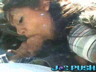 Seksi latina doing sebuah mengisap penis di sebuah mobil di masyarakat