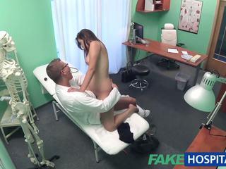 Fakehospital ārsts examines pievilcīgas karstās seksuālā pacients: porno e8