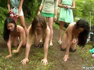 Pobre meninas had um luta competição