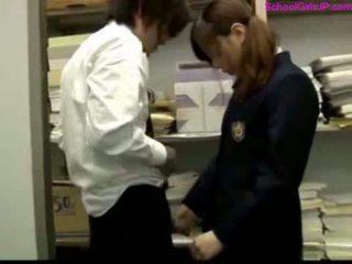 स्कूलगर्ल पर उसकी knees giving ब्लोजॉब हंडजोब कम को हाथ