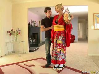 Ginintuan ang buhok geisha breaking may customs