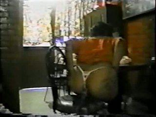 Mexicana asiendo الشرجي con un palo de escoba