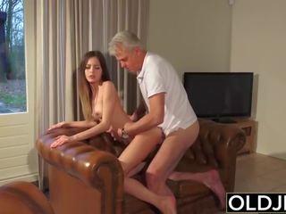 Gammel og unge porno - barnevakt fitte knullet av gammel mann og swallows sæd