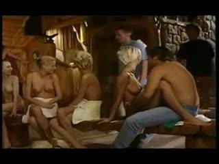 Tieners in een reusachtig sauna orgie