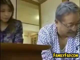 Azjatyckie krok córka z the stary człowiek