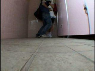 Mladý dospívající molested na schooltoilet