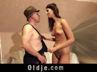 I vjetër njeri dhe i ri i gjatë vajzë seks luaj