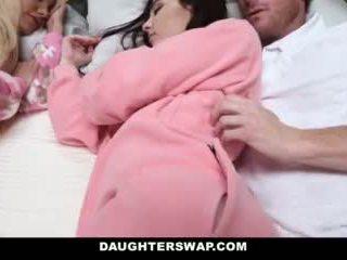 Daughterswap - daughters geneukt gedurende slumberparty