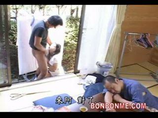 Moeder geneukt door zoon wanneer vader slapen