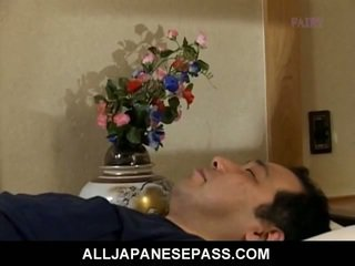 Makiko miyashita 该 has 她的 蜂蜜 pot fingered