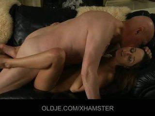 Stary mąż catches jego młody żona masturbacja