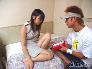Söt asiatiskapojke tonårs gets henne hårig bäver rammed