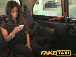 Faketaxi tenger jong thief pays voor haar crime