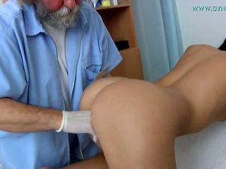 मेडिकल examination द्वारा एक curious डॉक्टर.