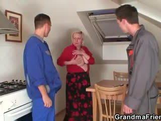 험악한 할머니 spreads 그녀의 다리 용 two cocks