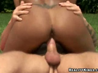Sombre skinned hottie gisselle rocking taut chatte sur thumpping dur bite