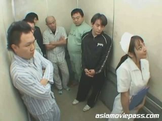 Μικροσκοπικός/ή ιαπωνικό νοσοκόμα σε elevator κατάχρηση