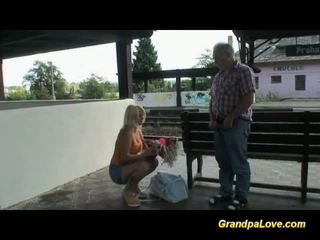 Blondinė krūtinga gets senas varpa seksas ir nuleidimas tarp papai