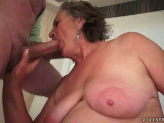 Poraščeni babi enjoying umazano seks