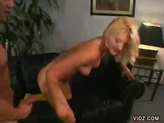 Stacy thorn bends over voor dong binnenin haar