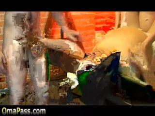 Hyvin vanha pullea mummi helvetin kanssa 2 nuori boys video-