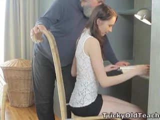 Tricky starý učiteľka: šťastný starý učiteľka fucks ju zlaté kurvička ťažký.