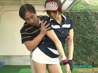 苗條 亞洲人 青少年 enjoys 吸吮 她的 高爾夫球 instuctors 公雞