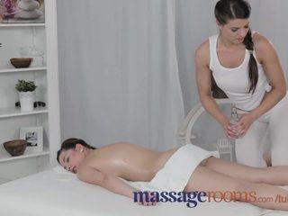 Масаж rooms досвідчена грудаста лесбіянка gives молодий підліток оргазм з її життя