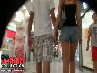Các nóng denim quần jean cô gái was walking với cô ấy bf nhưng nó didn