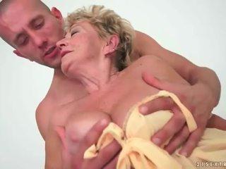 Oma enjoys heiß sex mit jung mann