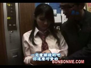 Japans schoolmeisje gives gelukkig guy een pijpen in elevator 01