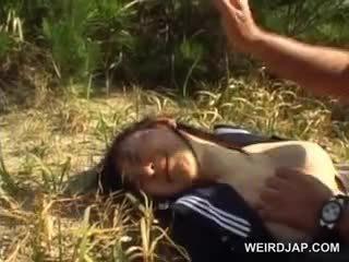 Innocent azijietiškas mokykla mergaitė priverstinis į kietas seksas lauke