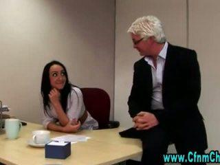 סקסי נקבה בלבוש וגברים עירומים ביחד משרד בייב וידאו