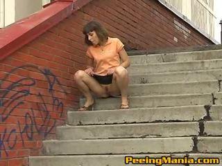 Impressive brunett tonårs shares henne fittor med gata