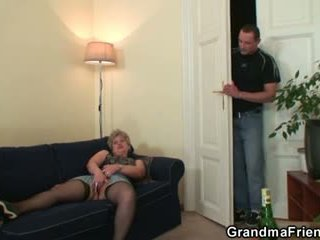 Nadržané babka takes two cocks na raz