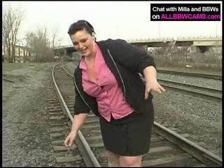 脂肪 公主 gets 裸體 上 railway