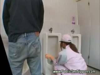 Veřejné výstřik v the mens záchod