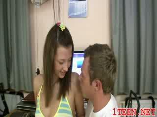 Slutty teenie giving um bj e a esfregar
