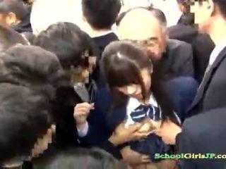 Aasia koolitüdruk gets tema nägu jõuk banged sisse a buss