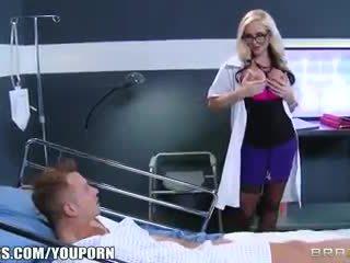 Sporco bionda dottore alena croft helps suo paziente sentire meglio