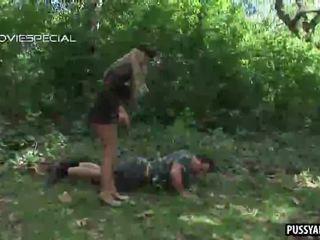 Blondīne amatieri armija skaistule nepieredzējošas a dzimumloceklis outdoors