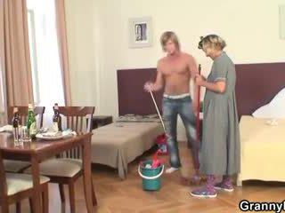 Érett housemaid gets neki punci filled -val fasz
