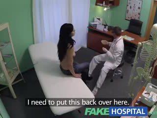 Fake โรงพยาบาล squirting แม่ผมอยากเอาคนแก่ wants breast implants และ gets a น้ำแตก การฉีด แทน