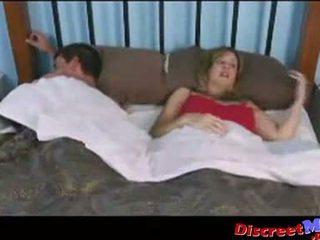 Baiat și mama în the hotel cameră